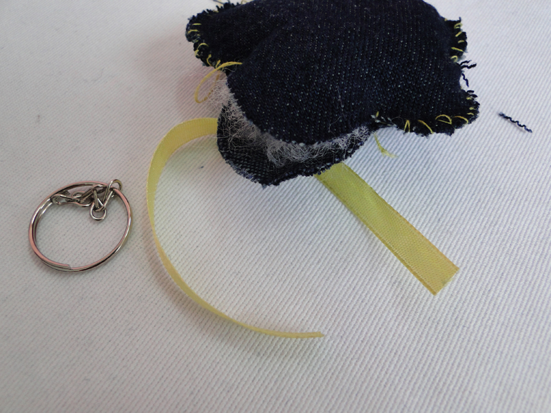 flores jardim camburi:Cole ou costure o miolo sobre a flor. Podem ser botões, fuxicos