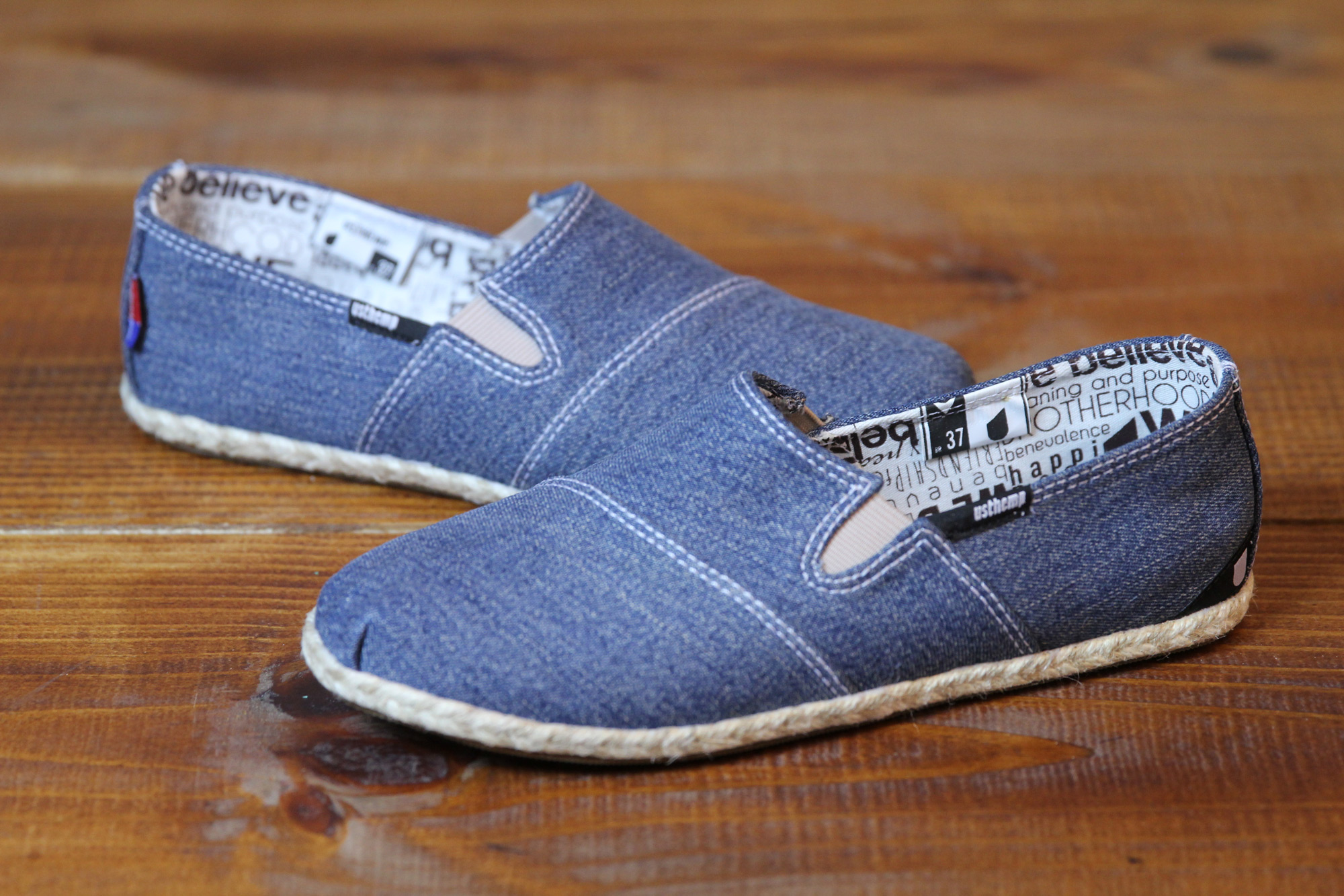 Se você quer inovar ainda mais, pode fazer uma alpargata a partir da sua calça jeans. Isso mesmo. Já pensou em calçar suas calças? Agora você pode.