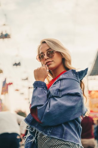 blonde-model-posing_4460x4460